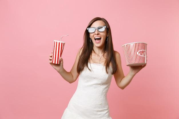 흰 드레스에 흥분된 여자, 영화 영화를 보는 3d 안경, 소다 또는 콜라의 팝콘 플라스틱 컵 양동이를 들고