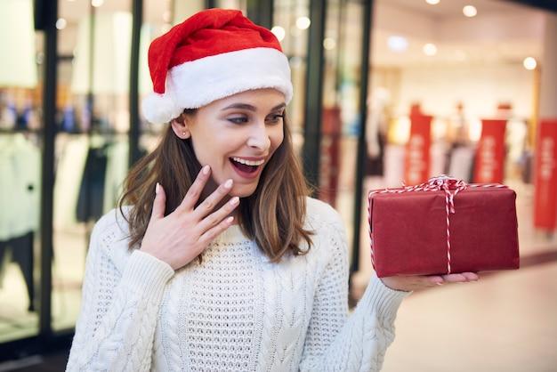 クリスマスプレゼントを見て興奮した女性