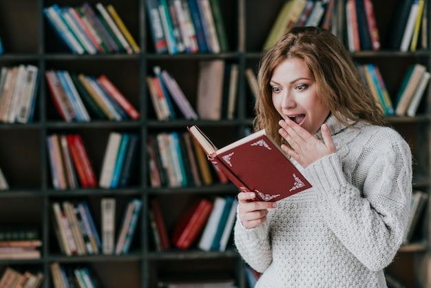 興奮した女性の読書