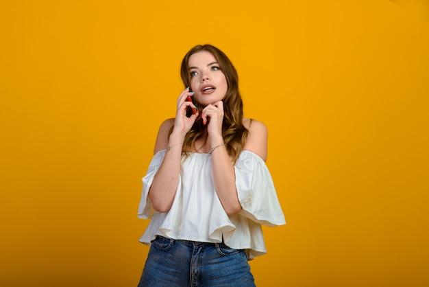 디지털 장치를 가진 흥분된 여자. 스마트 폰, 감정을 들고 충격 된 여자의 스튜디오 샷