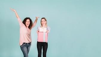 Возбужденные женщины показывают подарки в камеру