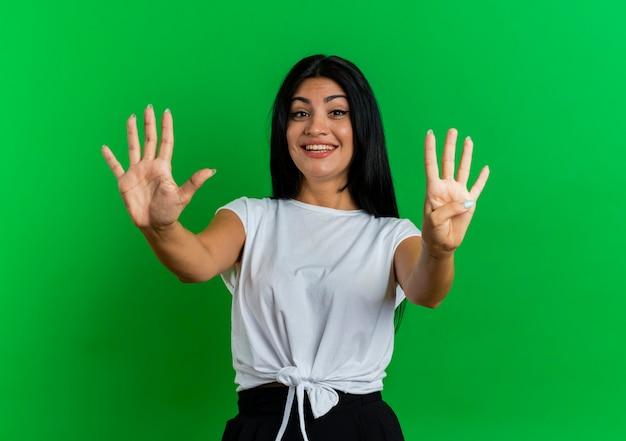 Emozionato giovane ragazza caucasica gesti nove con le dita