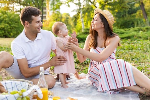 어린 소녀가 함께 시간을 보내는 흥분된 젊은 가족