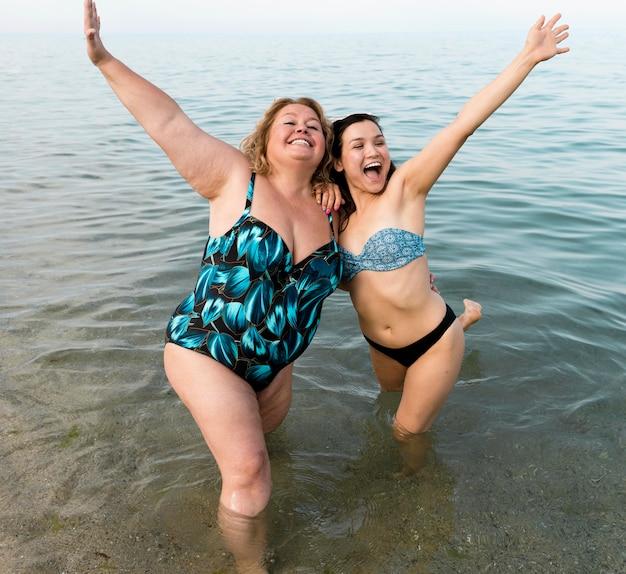 水中で興奮している若い友人