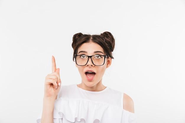 Возбужденная молодая девушка в солнечных очках
