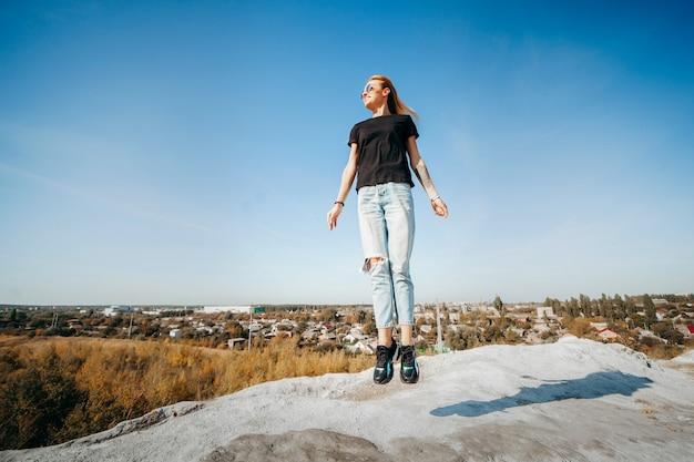 Возбужденная молодая девушка прыгает