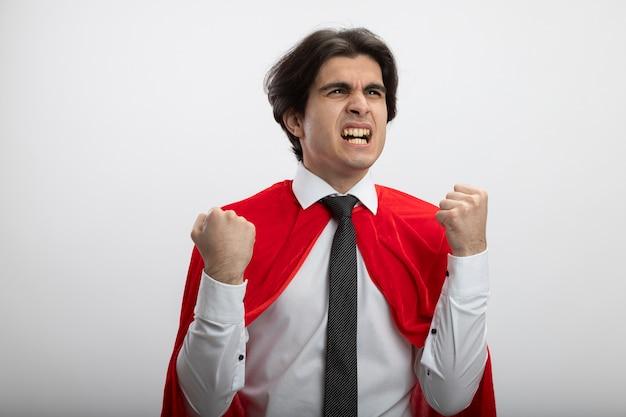 ネクタイを身に着けている側を見て興奮している若いスーパーヒーローの男