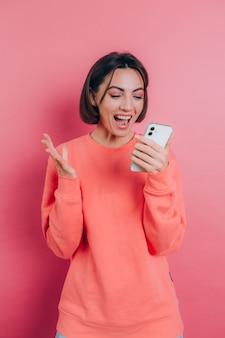 놀라운 쇼핑 모바일 앱 판매 메시지가 스마트 폰을보고 놀란 흥분된 젊은 여성, 기쁨으로 비명을 지르는 휴대 전화를 들고 소녀 우승자