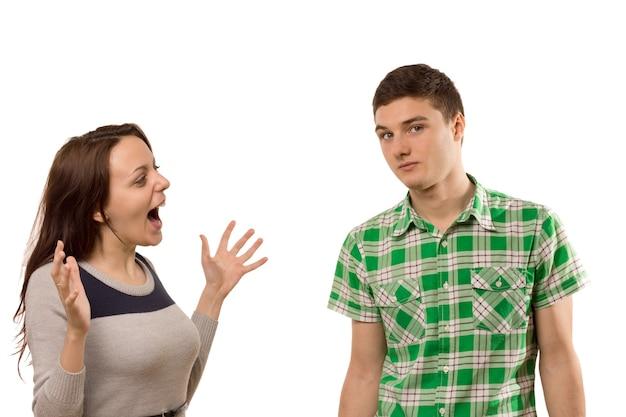 興奮した若い女性がボーイフレンドに身振りで示す