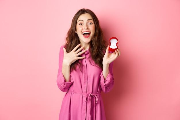 약혼 반지를 보여주는 흥분된 젊은 여성, 결혼, 행복 미소, 결혼식에 대해 이야기, 결혼 제안을받습니다. 공간을 복사하십시오.