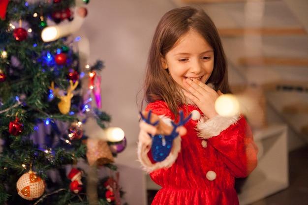Волнение под рождество маленького ребенка с костюмом санты