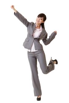 手を上げるエキサイティングなビジネスウーマン