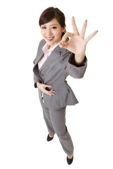 笑顔のエキサイティングな若いビジネス女性
