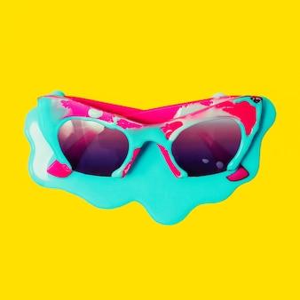 ブルーペイントを垂らした専用ピンクサングラス。爆発の夏の色