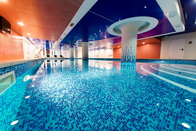수영과 레크리에이션을위한 전용 수영장. 아름다운 백라이트와 푸른 물.
