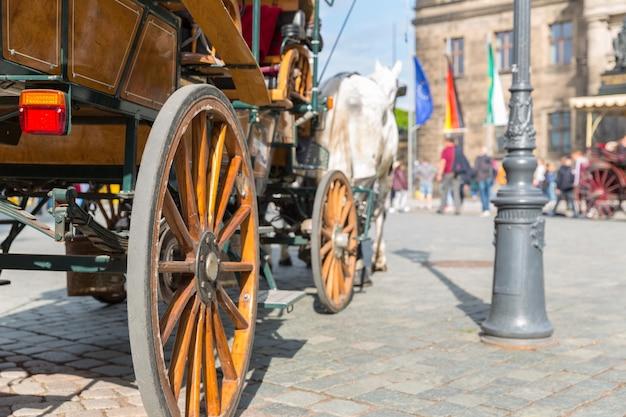 Экскурсионный вагон с лошадью в старом европейском городе