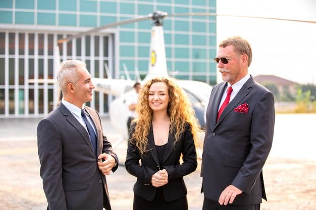 Исполнительный директор в солнцезащитных очках и стоящий на вертолете