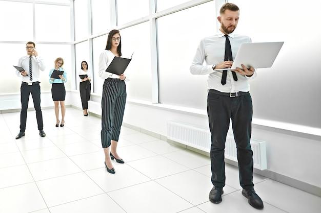 사무실 로비에 서 있는 회사의 임원. 복사 공간이 있는 사진