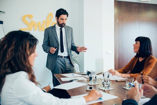 Исполнительный объясняя свою бизнес-идею
