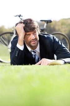 エグゼクティブは、芝生や考え方に横たわっ