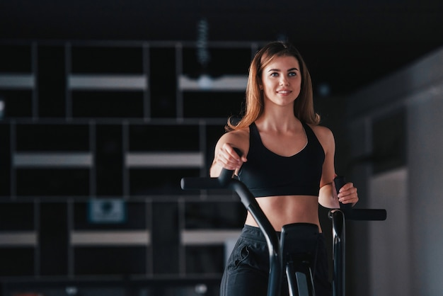 Упражнения на выносливость и похудание. великолепная блондинка в тренажерном зале на выходных