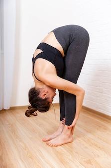 집에서 운동하는 체중 젊은 여자를위한 운동