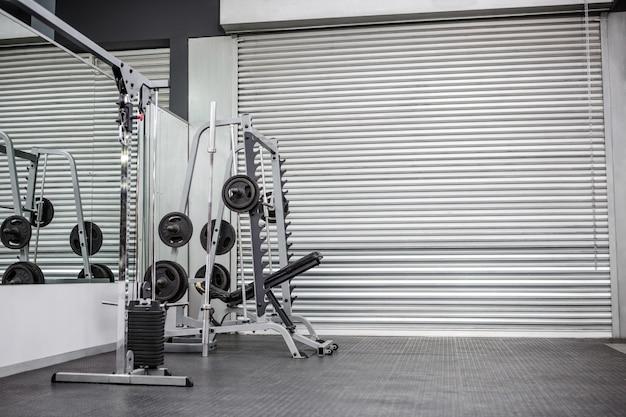 Тренажерный зал со ставнями и зеркалами