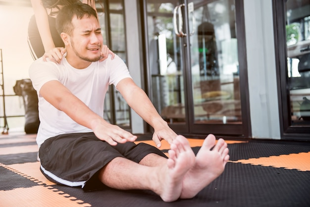 健康、健康、しっかりのためにトレーナーと一緒に運動する