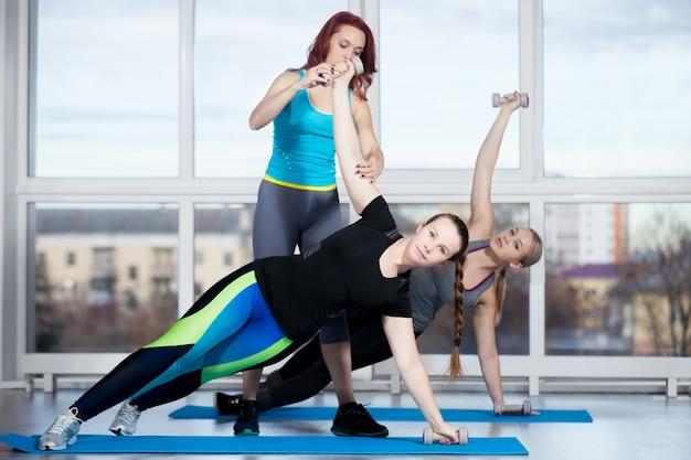 Упражнение с помощью гантелей с инструктором