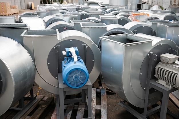 공장 보관 구역의 공기 환기를 위해 전기 모터가 설치된 배기 달팽이 팬