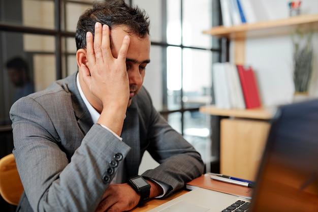 Измученный бизнесмен устал от работы