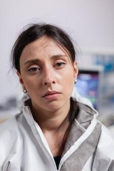 正面を見て保護具アガシントコロナウイルスを身に着けている疲れ果てた歯科医