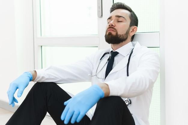 병원에서 매우 긴 근무 후 지친 의사