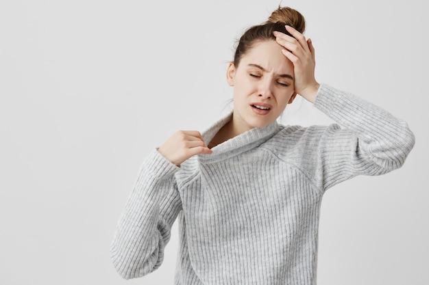 Измученная девушка держит голову с закрытыми глазами, будучи горячим. женский офисный помощник страдает от температуры и температуры, ей нужен свежий воздух. концепция здоровья