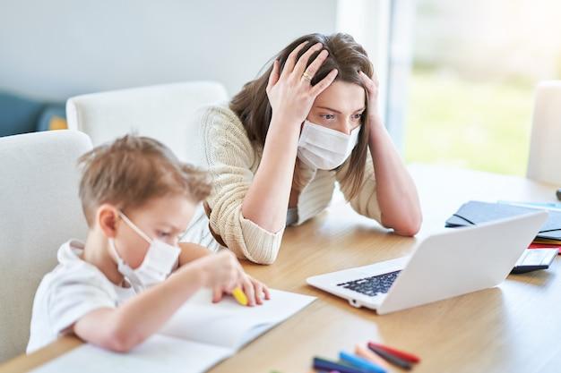 コロナウイルスのパンデミック時に自宅で仕事をし、息子の世話をしようとしている疲れ果てた母親