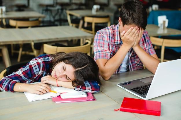 デスクトップで疲れた生徒