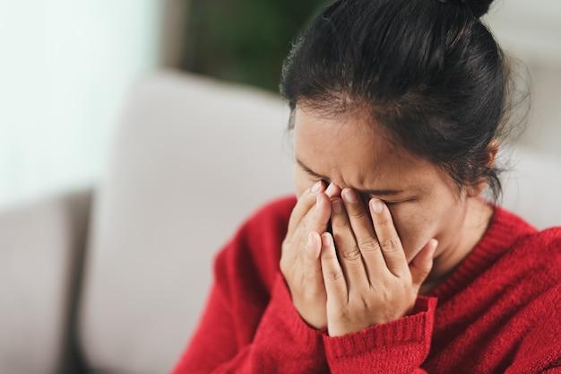 Усталость, усталость, депрессия, подчеркнули вдумчивую зрелую пожилую женщину, страдающую от головных болей, болезней мозга, психических проблем, концепции альцгеймера.