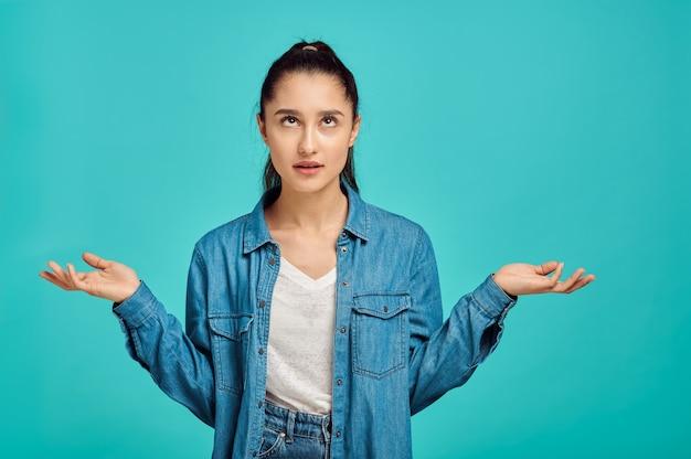 지친 된 여자 초상화, 파란 벽, 긍정적 인 감정