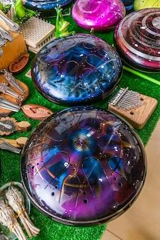 특이한 악기의 전시 및 판매 - 탱크 드럼 또는 글루코폰.