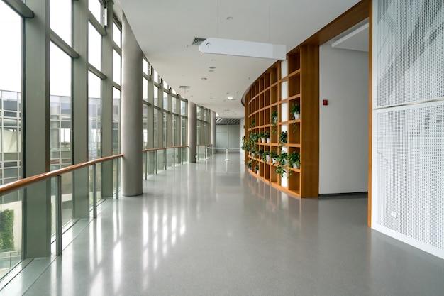 展示ホールのエントランスホールとガラス窓