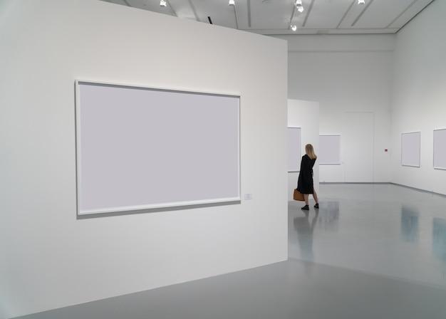 空白の写真と人々がいるギャラリーの展示室