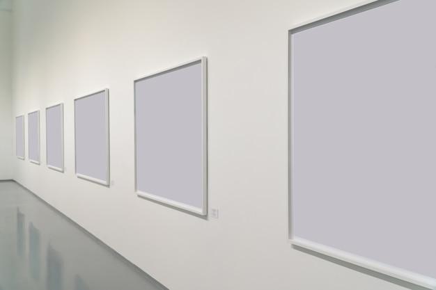 空白の写真のあるギャラリーの展示室