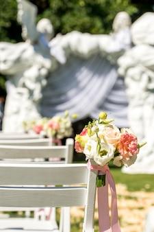 結婚式場を出る