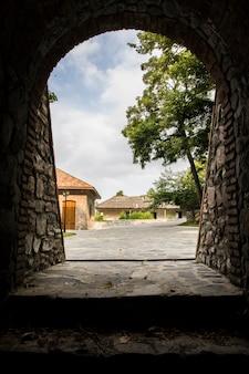 역사적인 건물에서 마을로 나가기