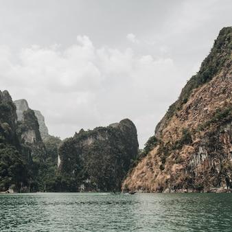 반 타쿤 지구, 카오 팡, 치우 란 호수에 바위와 녹색 호수가있는 이국적인 열대 짙은 녹색과 갈색 섬