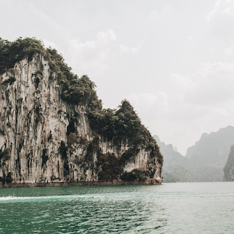 반 타쿤 지구, 카오 팡, 치우 란 호수에 바위와 녹색 호수가있는 이국적인 열대 짙은 녹색 섬