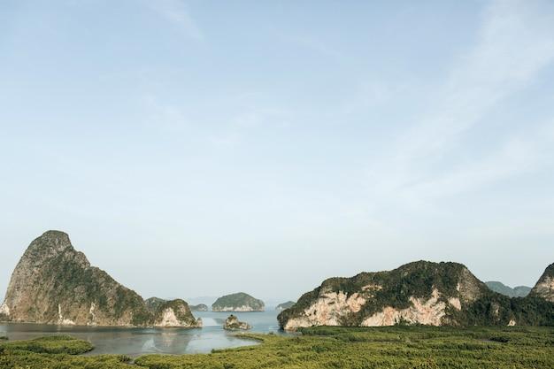 Экзотические и тропические острова со скалами, синим морем и чистым небом в национальном парке ао пханг-нга