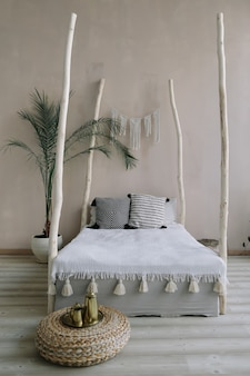 Экзотический дизайн интерьера спальни кровать с деревянным балдахином и подушками, одеяло тропическая пальма