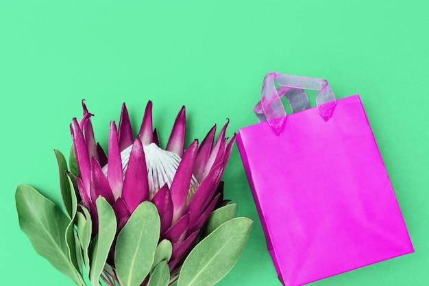 보라색 꽃잎이 있고 장식 된 종이 상자에있는 이국적인 큰 꽃 프로 테아