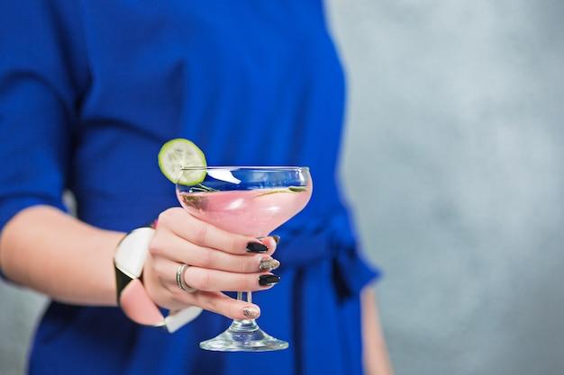 Il cocktail esotico e le mani femminili